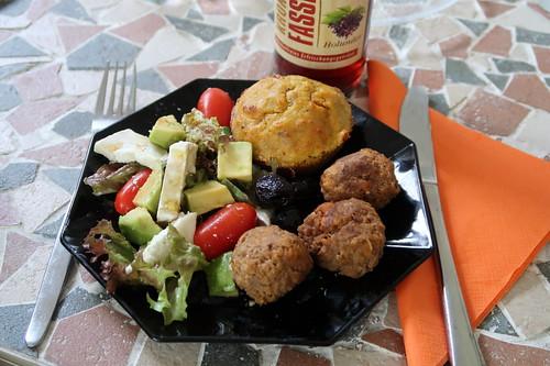 Salat mit Avocado und Ziegenkäse zu Frikadellen und Kartoffel-Möhren-Muffins