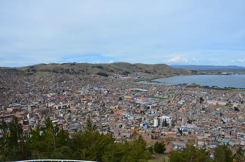Überblick über die Altstadt Punos mit Hafen.