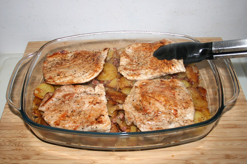 40 - Schnitzel auf Bratkartoffeln legen / Put escalopes on roast potatoes