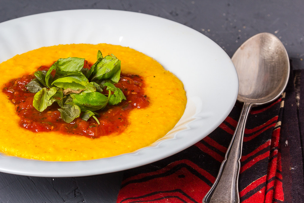 Kürbis Polenta mit gerösteter Tomatensauce via lunchforone