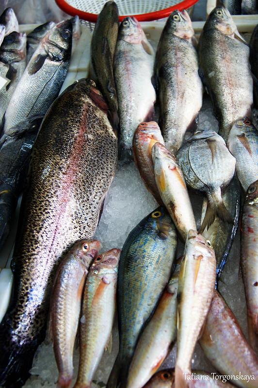 Продажа свежей рыбы на херцегновском рынке