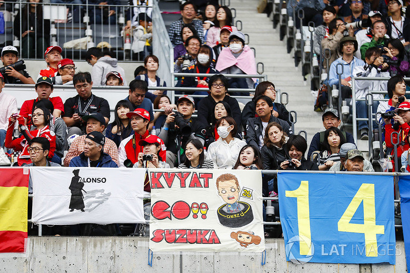 f1-japanese-gp-2017-fans-with-a-message-for-daniil-kvyat-scuderia-toro-rosso
