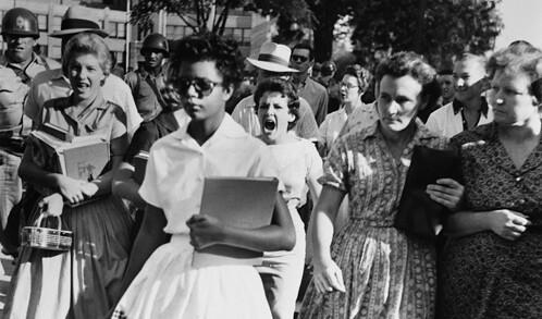 Hazel Bryan Massery chega na escola Little Rock Central High School sob ataques de estudantes racistas - Créditos: Reprodução