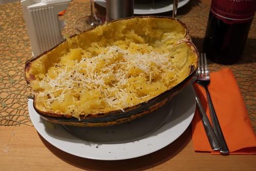 Spaghettikürbis mit Butter und Parmesan (bereit zum Essen)