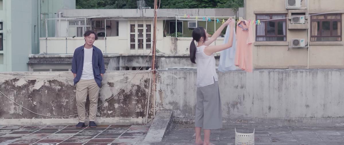男女主角天台晾衫的邂逅(《短暫的婚姻》片段截圖)