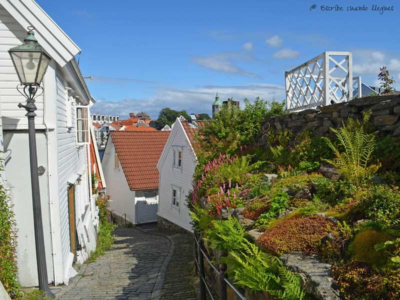 Antiguo barrio de Gamle de casas blancas de madera en Stavanger