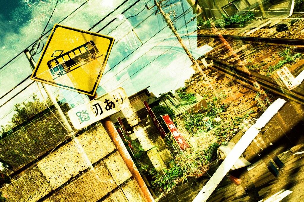 鎌倉 Kamakura, Japan / RVP50, Double Exposure / Nikon FM2 很喜歡這張的配色和構圖,雖然有點亂,但是這張所呈現出來的顏色很多!  那時候開始在周圍探險,看看巷弄間的景色。我記得天氣突然變好,天空也不再是灰灰的。  還好那天有早點出門!  Nikon FM2 Nikon AI AF Nikkor 35mm F/2D FUJICHROME Velvia 50(RVP50) 2648-0005 2017-09-28 正片負沖, 重複曝光 Photo by Toomore