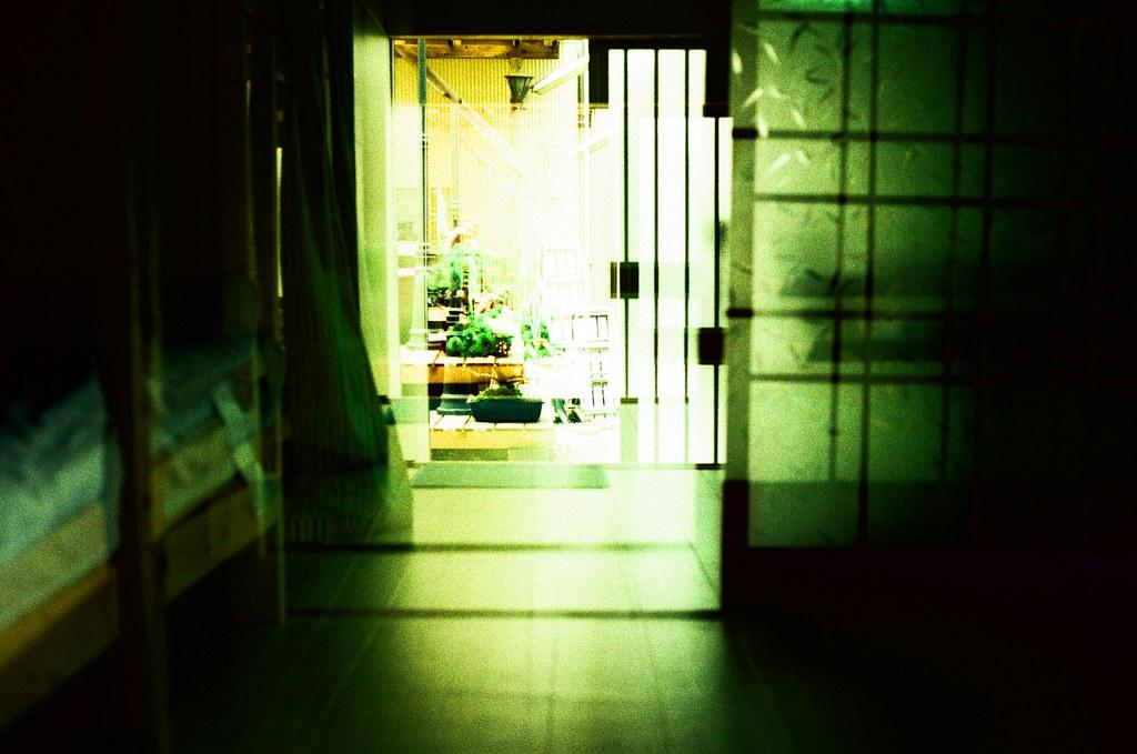 鎌倉 Kamakura, Japan / RVP50, Double Exposure / Nikon FM2 知道嗎?就這樣靜靜的坐在屋子的中間,看著門外發呆,也可以很輕鬆、很輕鬆。  然後聽到下一班列車經過,告訴自己也要出發了!  Nikon FM2 Nikon AI AF Nikkor 35mm F/2D FUJICHROME Velvia 50(RVP50) 2648-0002 2017-09-28 正片負沖, 重複曝光 Photo by Toomore