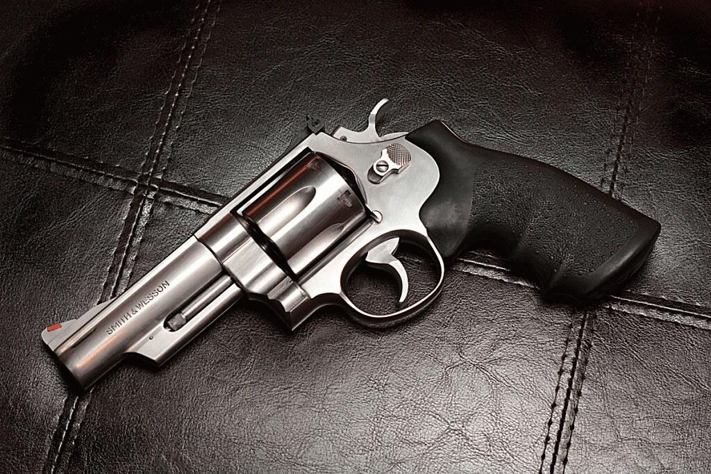 Plus beau revolver. 38168539272_a062ba67f4_b