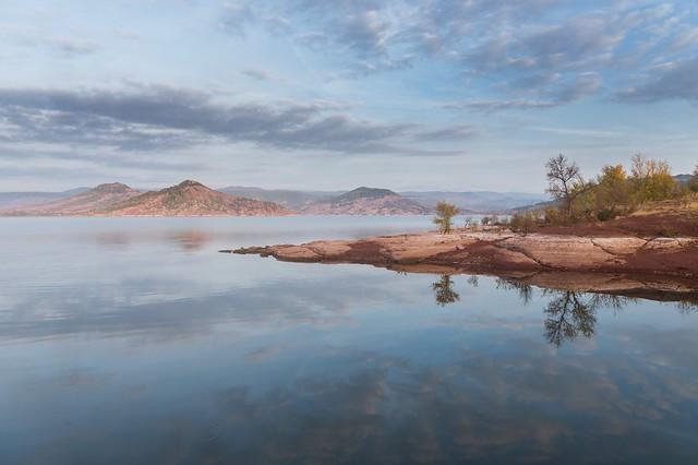 Les eaux calmes du lac