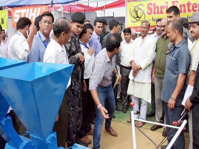 रबी-2017 महोत्सव में कृषि यंत्रों को देखते मुख्यमंत्री रावत