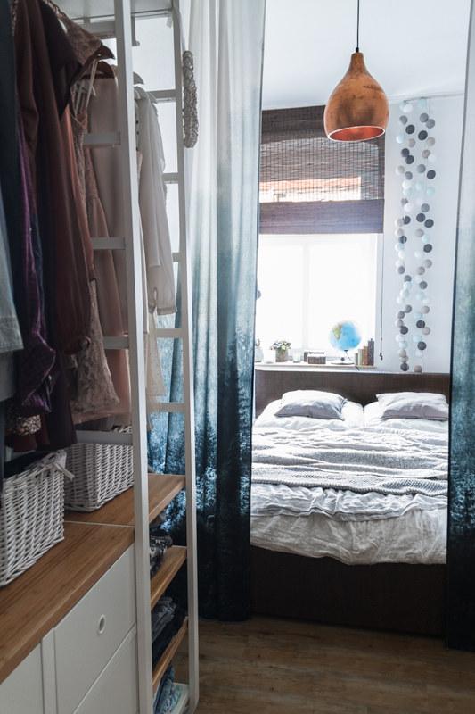 Inneneinrichtung-Inspiration-Offener-Kleiderschrank-kleines-schlauchiges-Schlafzimmer