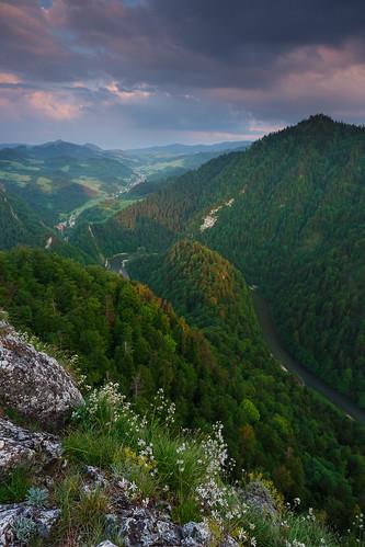 kroscienkonaddunajcem malopolskie poland pieniny wiosna kroscienko sokolica summit lone river valley dunajec sunset slovakia