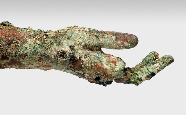 : Χάλκινο δεξί χέρι, που σώζεται  από τον ώμο μέχρι τα δάκτυλα