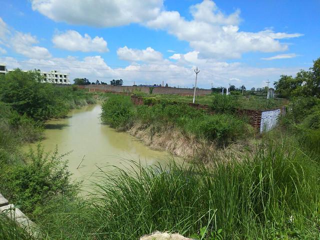 नदी के किनारे अवैध कब्जे हो गए हैं