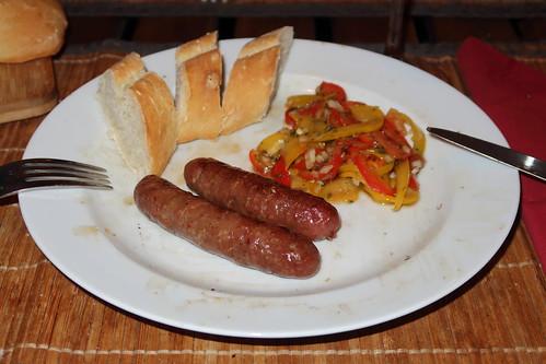 Reine Lammfleisch Merguez mit Paprikasalat und französischem Baguette
