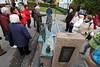Brunnenplastik mit 19 Bronzefiguren, sie stellen den historischen Warnemünder Umgang dar.