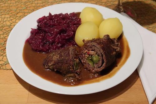 Pferdefleischrouladen mit Salzkartoffeln und Rotkohl (mein Teller)