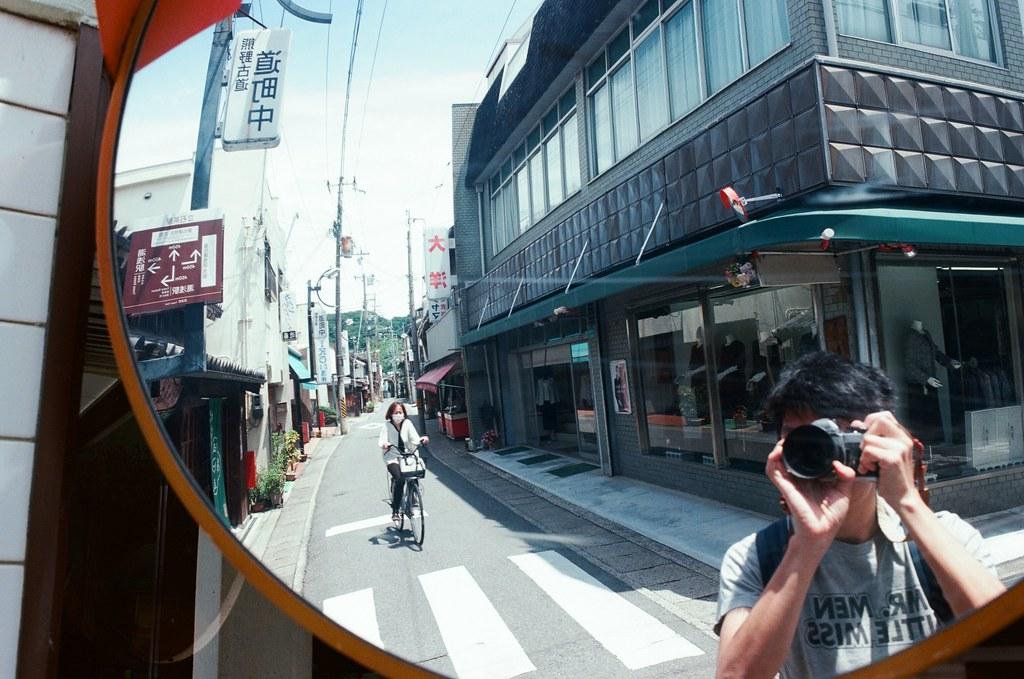 湯淺町 Yuasa, Japan / Kodak Ektar / Nikon FM2 如果說,這個空間把我給困住了,我應該要用怎樣的方式突破。  一股強而爆發的力量、不顧一切的方式?讓很多人受傷或是傷心的離開?  或是在這個框架內選擇毀滅,不帶走任何的眷戀?  反射自己真實的那一面是很殘忍又恐怖的,不被控制的意識與行動隨時會把自己吞噬。  或許到了最後、離開框架的不會是自己,而是充滿怨恨的靈體與破碎的身軀 ......  Nikon FM2 Nikon AI AF Nikkor 35mm F/2D Kodak Pro Ektar 100 2341-0020 2017-06-11 Photo by Toomore