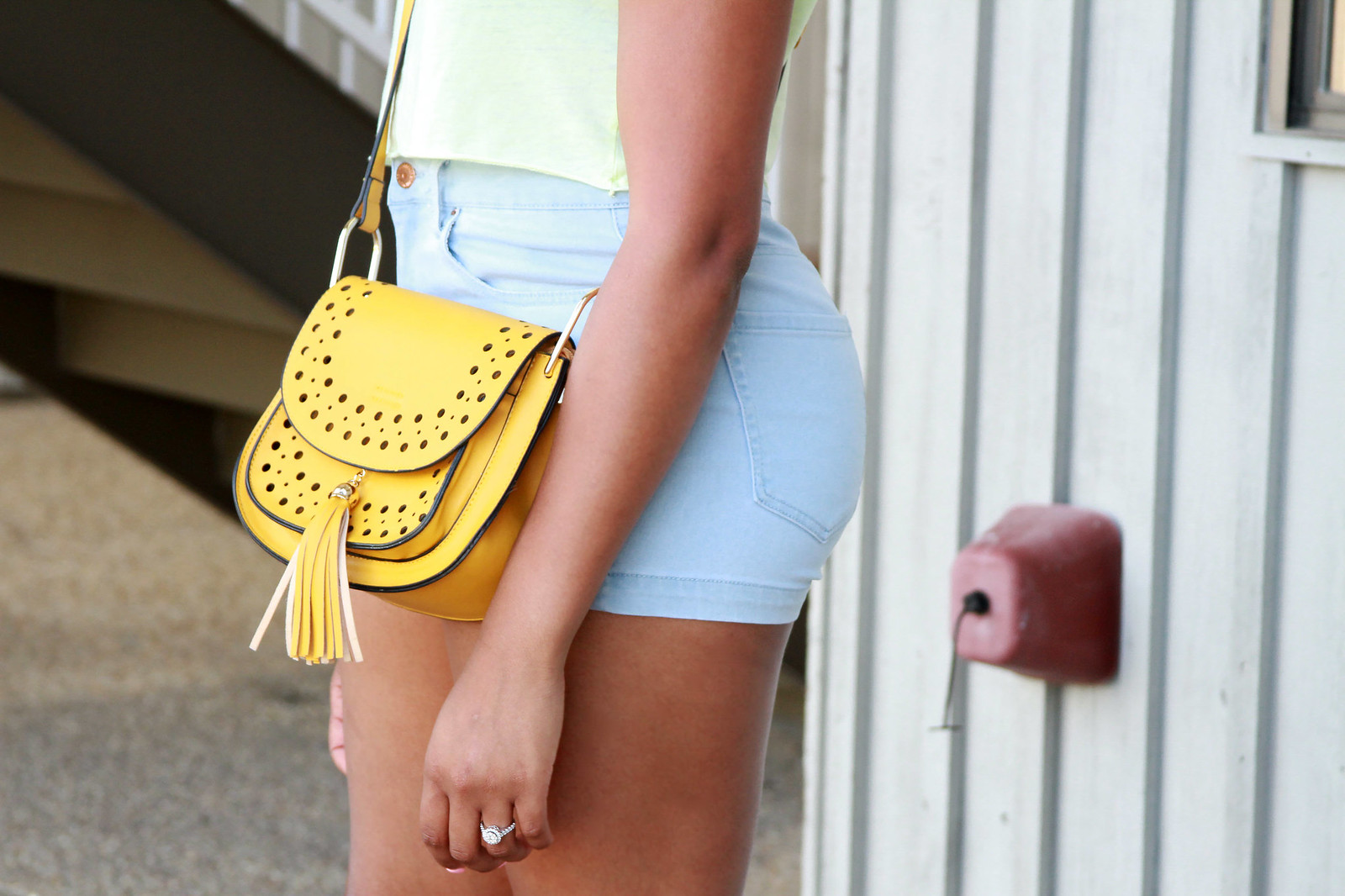 how to wear a yellow saddle bag