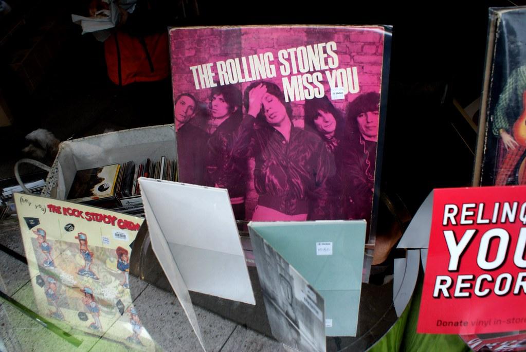 > Les Rolling Stones dans la vitrine Oxfam music shop à Edimbourg.