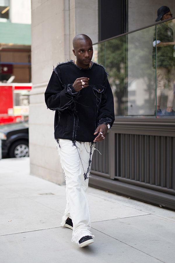 黒カットソー×白パンツ×黒スニーカー
