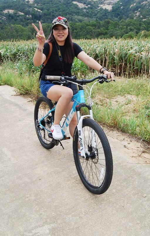 一行人,開心的騎著單車,穿梭在這片高粱田中