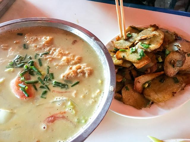 Foods for lunch at a restaurant, Yarchen Gar アチェンガルゴンパ 男子禁制エリア外の食堂で食べた昼ごはん