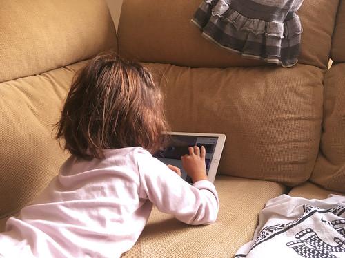 niña_jugando_ipad