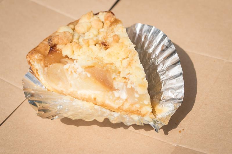 東急プラザ銀座の屋上で食べるアップルパイ