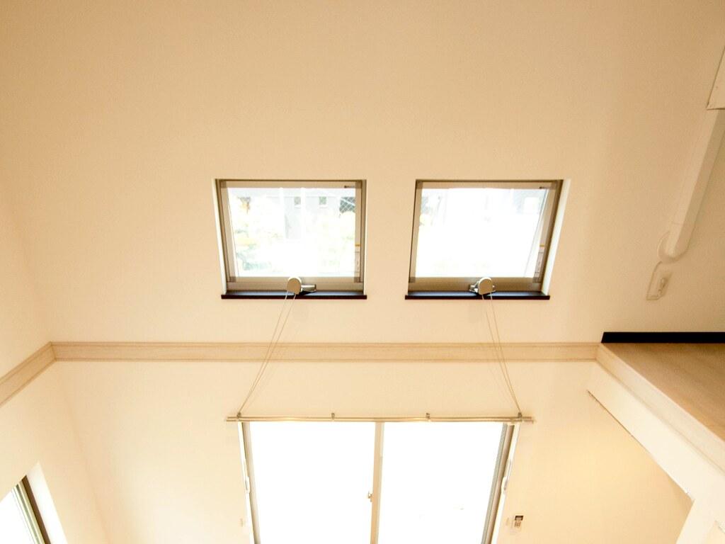 天井近くに設置された窓