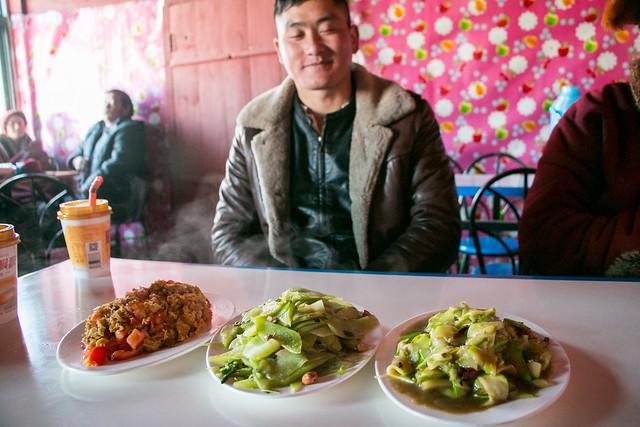Lunch time at a restaurant in Yarchen Gar アチェンガルゴンパ 男子禁制エリア外のレストランでのランチタイム