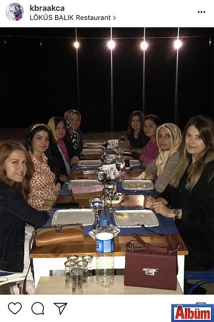 Kübra Akça, yakın dostu Fürüzan Sipahioğlu'nun nişanı sonrası Löküs Balık Evi'nde düzenlenen kutlama yemeğinden bu fotoğrafı paylaştı.