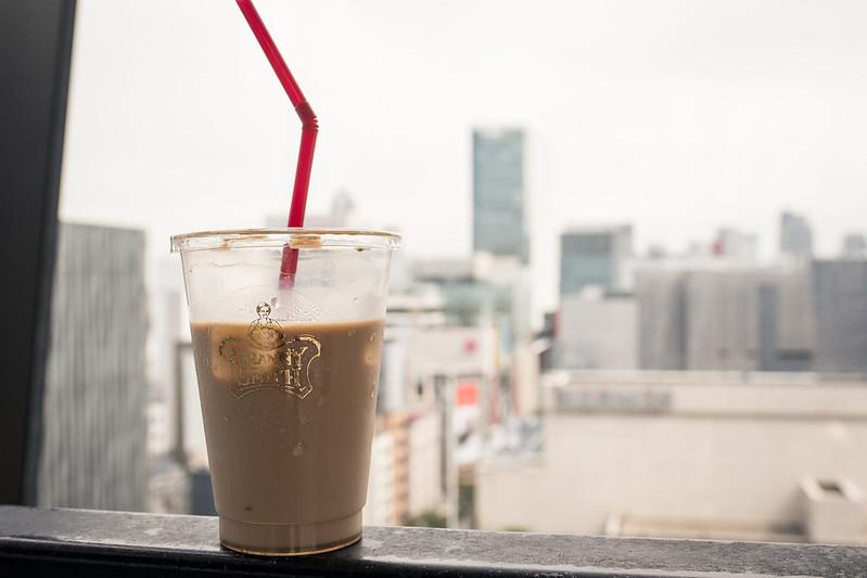 東急プラザ銀座の屋上でカフェラテを飲む