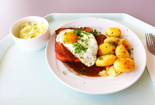Bavarian meat loaf with fried egg, gravy & roast potatoes / Abgebräunter Leberkäse mit Spiegelei, Bratensauce & Röstkartoffeln