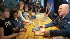 Astronaut Andr� Kuipers signeert zijn boeken in Scheltema Boekhandel Amsterdam - Vandaag start de Kindeboekenweek 2017.