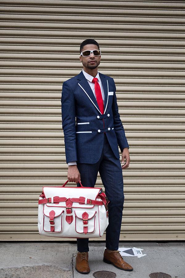 ネイビーパイピングスーツ×白シャツ×赤ネクタイ×キャメルダービーシューズ
