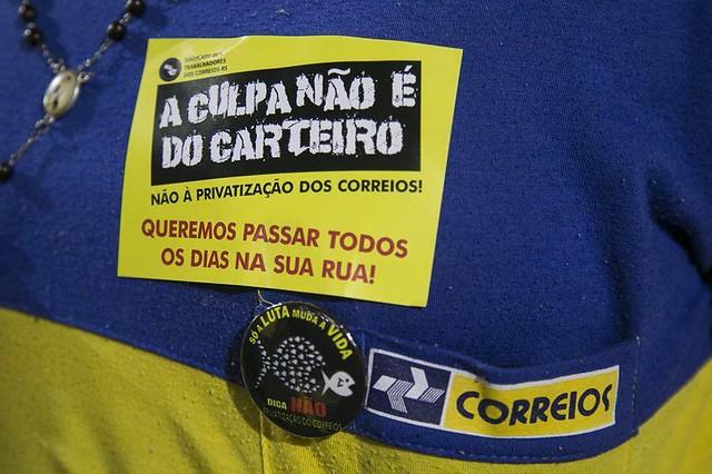 Trabalhadores têm realizado atos contra privatização dos Correios - Créditos: Guilherme Santos/Sul21