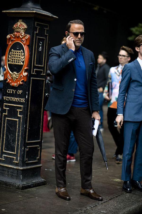 ネイビーテーラードジャケット×青ポロシャツ×黒スラックス×ブラウンコインローファー