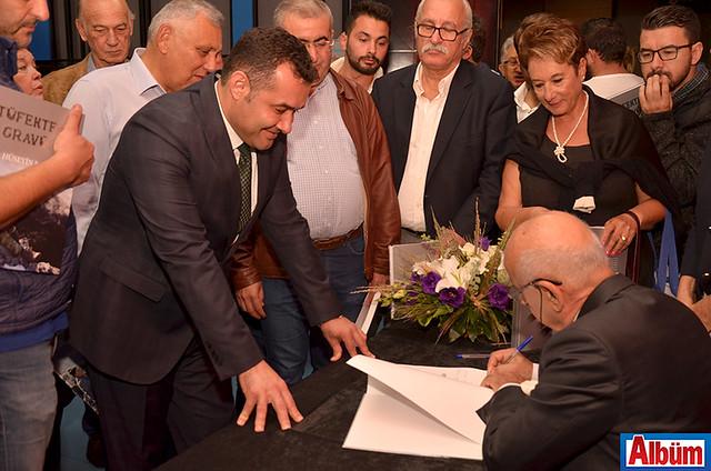 Hüseyin Baba, Alanya Belediye başkanı Adem Murat Yücel için kitabını imzaladı.