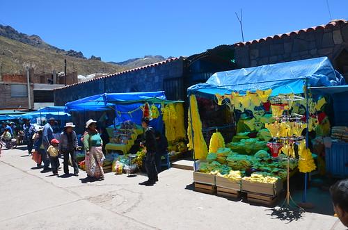 Hochlandbewohner gehen zu einem Stand mit gelber Unterwäsche.