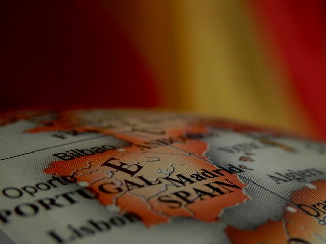 España. Colores de oro y sangre lucen en nuestra bandera.No hay oro para comprarla, ni sangre para vencerla.