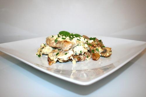 52 - Roast potatoes casserole with escalopes & chives feta cream - Side view / Bratkartoffelauflauf mit Schnitzeln & Schnittlauch-Feta-Creme - Seitenansicht