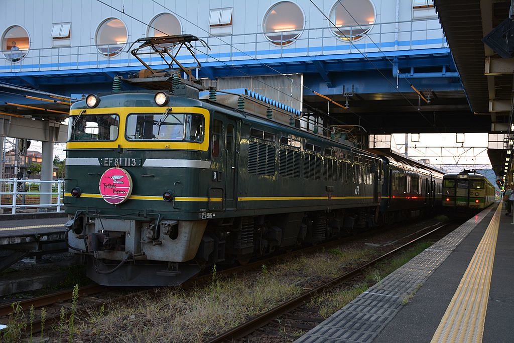 JRW_Twilight_Express_at_Naoetsu_Station_2014-09-17