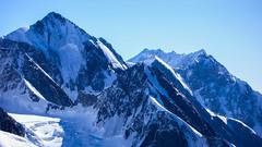 Widok z południowo-zach grani Tetnuldi na szczyty Jangha 5059m i Shkara 5068m.