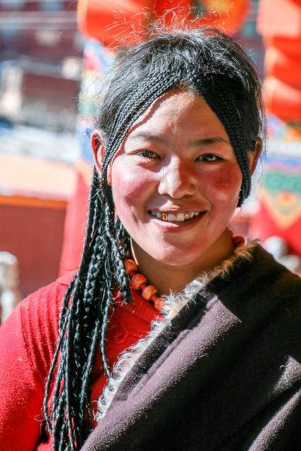Smiling girl in Yarchen Gar アチェンガルゴンパ 民族衣装を着た笑顔の少女