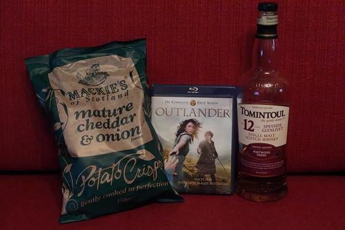 """Single Malt Scotch Whisky (Tomintoul 12 Years Port Wood Finish) und Potatoe Crisps mature cheddar & onion (von der Familie Mackie aus Schottland) zum Wiedereinstieg in die Serie """"Outlander"""