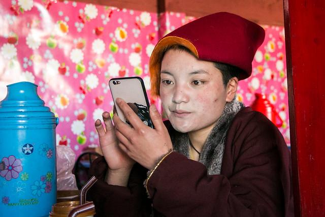 Lovely little nun watching the mobile phone, Yarchen Gar アチェンガルゴンパ スマホに集中してる尼僧の少女