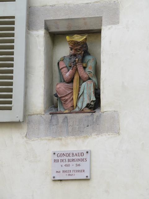 Statue d'un roi méconnu. . .