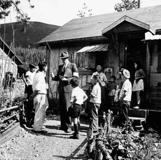 Mr. E.L. Maag, B.C. Security Commission, interviews Japanese-Canadian internees... / M. E.L. Maag, de la Commission pour la sécurité de la Colombie-Britannique, rencontre des Canadiens d'origine japonaise vivant dans un camp d'internement...